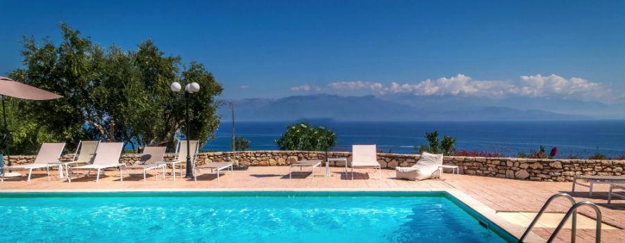 Hyr hus i Grekland: exklusiva boenden, generös pool och utsikt du aldrig glömmer! Moderna tvåvåningshusen som ligger högt på en kulle med 360 graders hisnande utsikt över Medelhavet